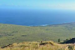 Litoral do Oceano Pacífico da lava velha em Volcano National Park, ilha grande de Havaí Fotografia de Stock