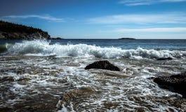 Litoral do parque nacional do Arcadia com ondas deixando de funcionar Fotografia de Stock
