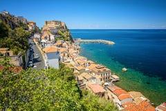 Litoral e castelo velho da cidade medieval de Scilla em Calabria, Itália Destino italiano famoso das férias de verão foto de stock