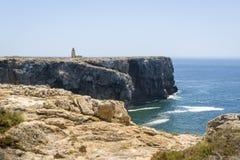 Litoral e farol rochosos em Sagres, Portugal Foto de Stock