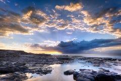 Litoral e névoa rochosos imagem de stock royalty free
