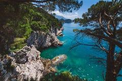Litoral e opinião de mar de adriático perto de Petrovac Foto de Stock
