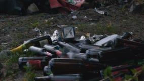 Litoral enterrado nas sobras waste e tóxicas do plástico, perigo da poluição do ar vídeos de arquivo