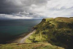 Litoral escocês bonito com os penhascos verdes em montanhas escocesas foto de stock