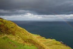 Litoral escocês bonito com os penhascos verdes em montanhas escocesas imagens de stock royalty free