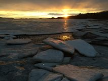 Litoral gelado do oceano na entrada Fotos de Stock Royalty Free
