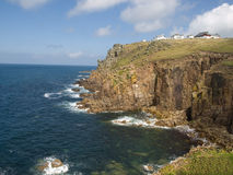 Litoral inglês rochoso que olha para fora ao mar Foto de Stock