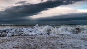 Litoral, mar tormentoso imagem de stock
