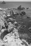 Litoral mediterrâneo dos penhascos em Almeria, Espanha Foto de Stock