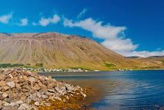Litoral montanhoso no céu azul ensolarado no isafjordur, Islândia Paisagem da montanha vista do mar Férias de verão sobre fotografia de stock