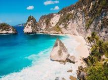 Litoral, penhascos e oceano azul na ilha de Nusa Penida imagem de stock royalty free