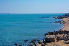 Litoral, rochas, água azul, mar Cáspio Imagens de Stock