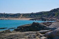 Litoral, rochas, água azul, mar Cáspio Fotografia de Stock
