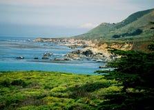 Litoral rochoso áspero super do oceano do verde azul de Big Sur Califórnia Foto de Stock
