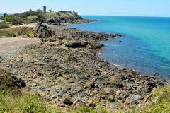 Litoral rochoso ao norte da praia de Lamberts em Mackay, Austrália imagem de stock