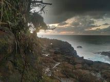 Litoral rochoso com as nuvens tormentosos na ilha de Kauai Havaí fotografia de stock