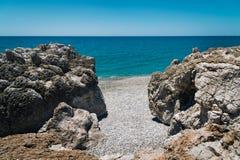Litoral rochoso com a lagoa de turquesa perto da cidade de Paleochora na ilha da Creta, Grécia Fotografia de Stock