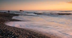 Litoral rochoso com oceano ondulado e ondas que deixam de funcionar nas rochas Foto de Stock Royalty Free