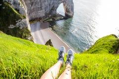 Litoral rochoso com pés do ` s das mulheres Fotografia de Stock Royalty Free