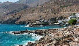 Litoral rochoso da ilha da Creta perto da cidade de Chora Sfakion, situado na parte do sul da ilha Fotos de Stock Royalty Free