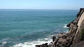 Litoral rochoso em Califórnia do sul video estoque