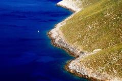 Litoral rochoso, Mar Egeu, ilha de Leros, Grécia foto de stock royalty free