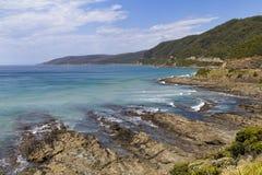 Litoral rochoso na grande estrada do oceano imagens de stock