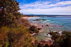 Litoral rochoso na praia da cidade no porto Macquarie Austrália foto de stock royalty free