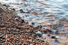 Litoral rochoso, pedras no litoral fotografia de stock