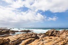 Litoral rochoso perto do cabo St Francis, África do Sul imagens de stock