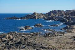 Litoral rochoso selvagem em Tampão de Creus Espanha fotos de stock
