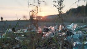 Litoral sujo, garrafas pl?sticas, sacos e o outro lixo na areia da praia Ecologia do problema Polui??o do oceano video estoque