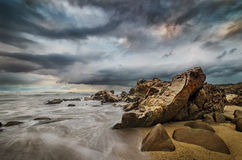 Litoral surpreendente e praia rochosa imagem de stock royalty free