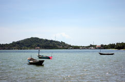 Litoral tenha barcos de pesca pequenos amarrados no mar Foto de Stock Royalty Free