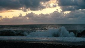 Litoral tormentoso com ondas altas e céu nebuloso escuro em Geórgia no slo-mo filme