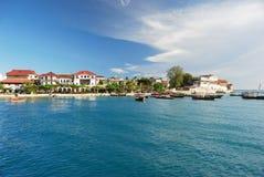 Litoral tropical com casas Imagem de Stock Royalty Free