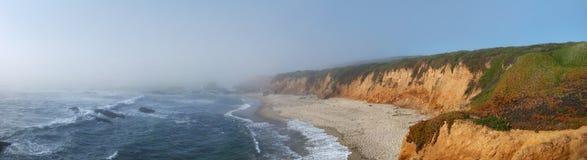 Litorale della California con nebbia sopra Fotografia Stock Libera da Diritti