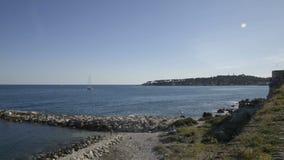 Litorale di Antibes in un giorno di inverno soleggiato stock footage