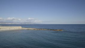Litorale di Antibes in un giorno di inverno soleggiato video d archivio