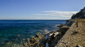 Litorale di Cap Ferrat in un giorno di inverno soleggiato stock footage