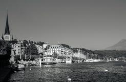 Litorale di Lucerna del lago con le barche ed il pilastro facenti un giro turistico, Svizzera immagine stock libera da diritti