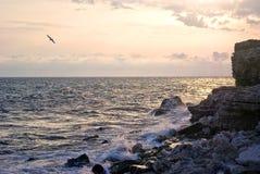 Litorale di mare con la roccia della montagna Fotografie Stock