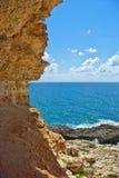 Litorale di mare con la roccia della montagna Immagini Stock Libere da Diritti
