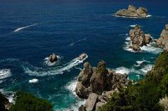 Litorale di mare roccioso con una barca Fotografia Stock Libera da Diritti