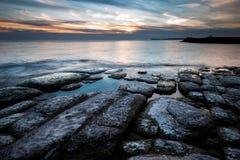 Litorale di Rocky Lake Ontario al tramonto fotografia stock