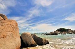 Litorale e cielo di mare rocciosi Fotografia Stock Libera da Diritti