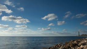 Litorale e nuvole di galleggiamento video d archivio