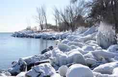 Litorale encrusted ghiaccio del lago Ontario in sole Fotografia Stock