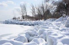 Litorale ghiacciato innevato il lago Ontario Fotografia Stock Libera da Diritti