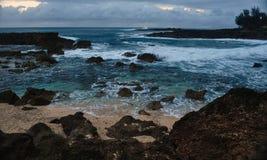 Litorale hawaiano al tramonto fotografia stock